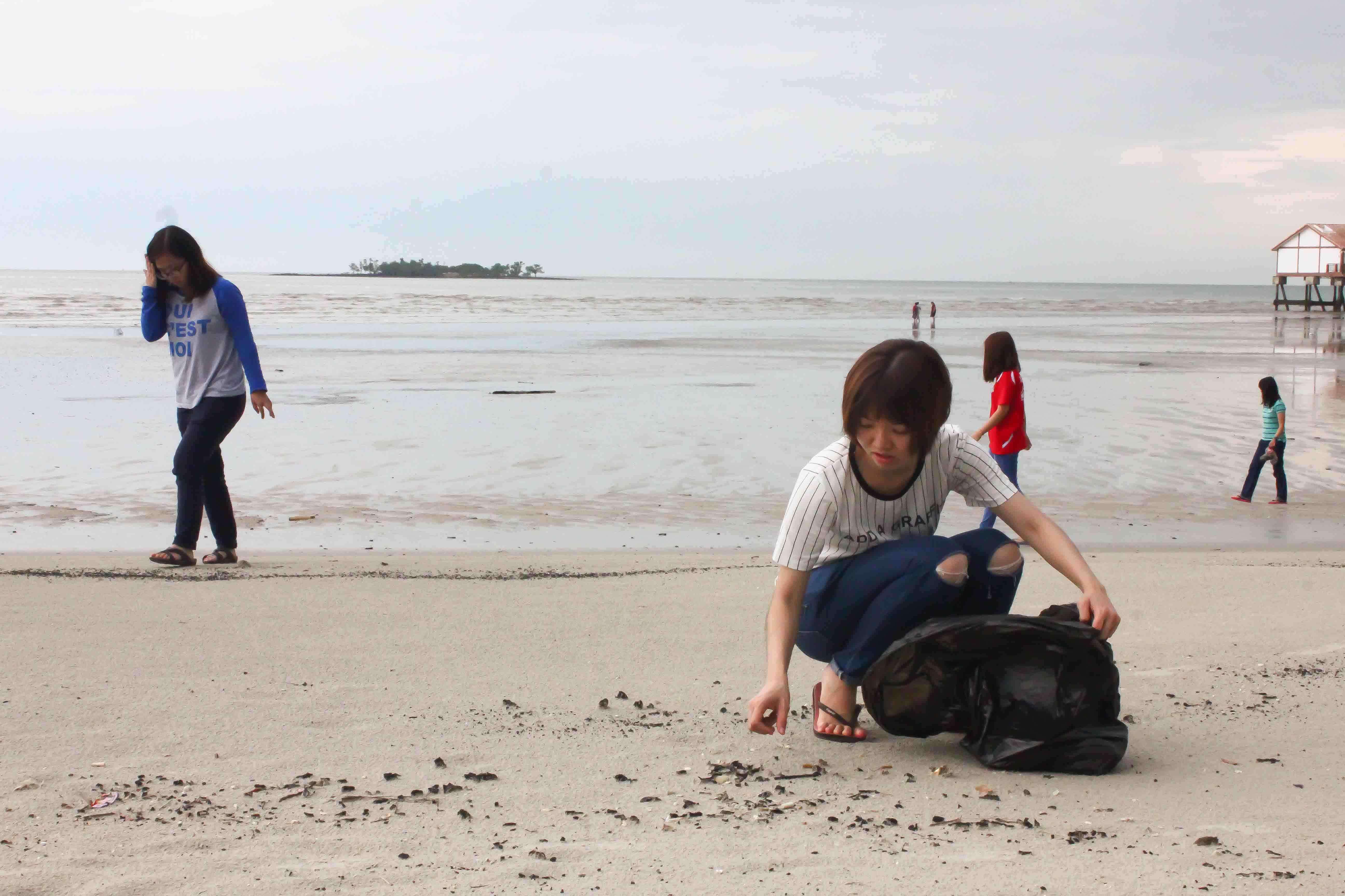 摄理会员实践郑明析牧师教导在清理沙滩上
