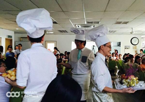 摄理圣诞节天国宴席_厨师捧着美食出场