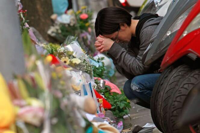 摄理新闻_民众祈祷_摆放在往生者墓碑前的鲜花