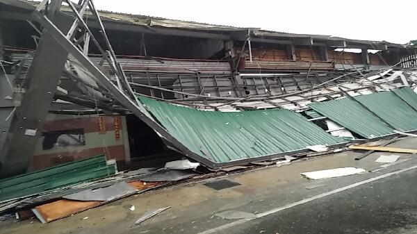 十七级尼伯特台风席卷台东树倒屋毁