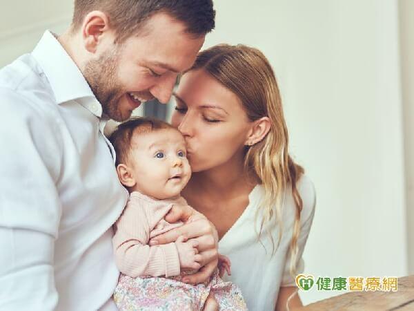 摄理爱无国界_CGM关心宝宝健康_父母亲吻婴儿示意图