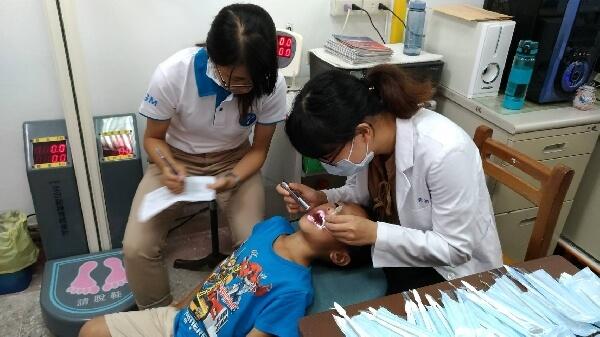 摄理CGM和平医疗团_为学童做牙齿健康检查