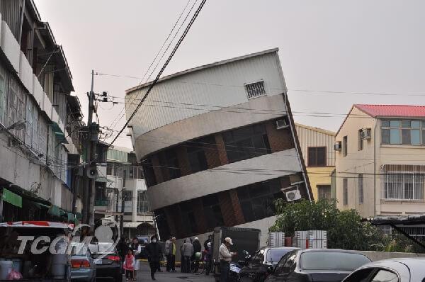 祷告守护南台地震_大楼倾斜压毁汽车