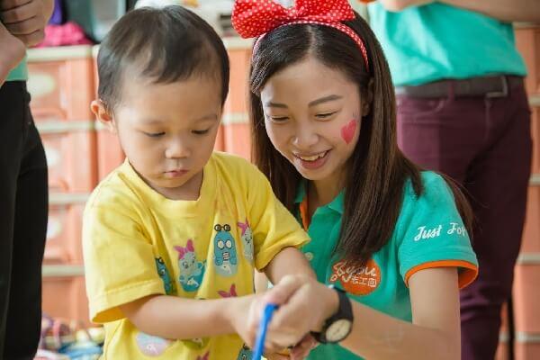 关爱之家妇幼部带60多位无国籍的孩童欢笑