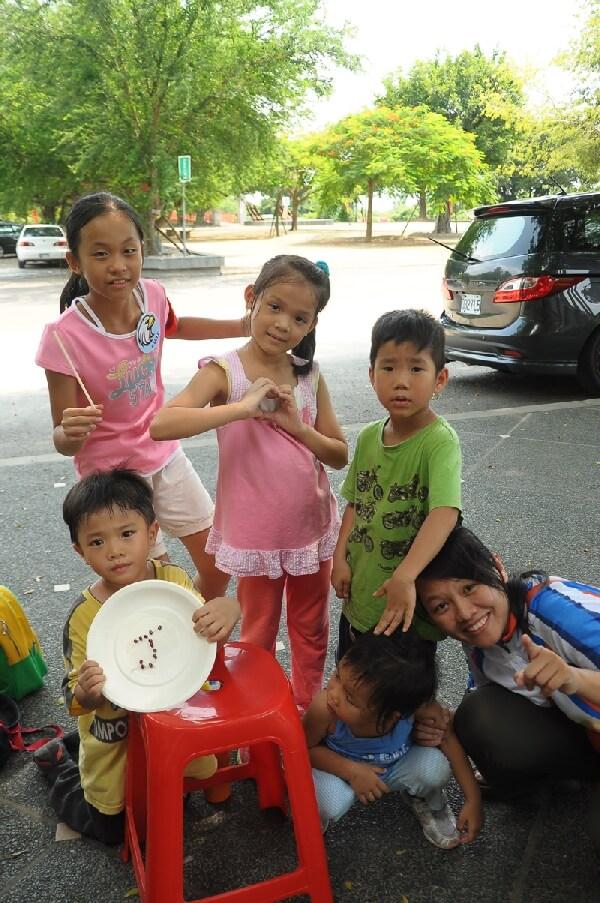 自然山水天国_摄理儿童营队挑豆子游戏