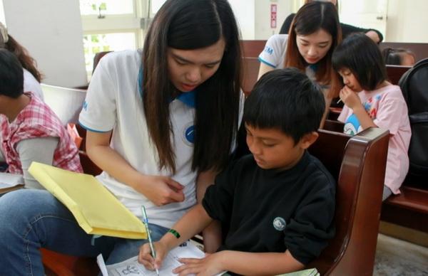 摄理CGM志工推偏乡阅读_陪伴儿童