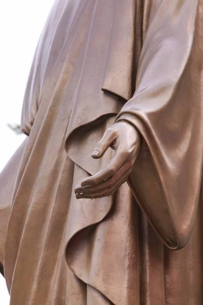 干旱月明洞下雨_耶稣铜像的手