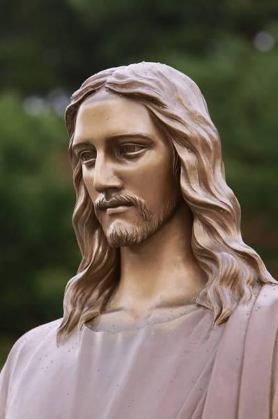 干旱月明洞下雨_耶稣铜像脸庞