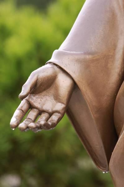 干旱月明洞下雨_耶稣铜像