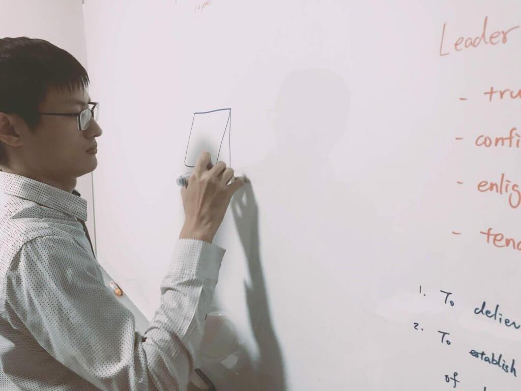 摄理访谈_软体工程师_白板上写程式