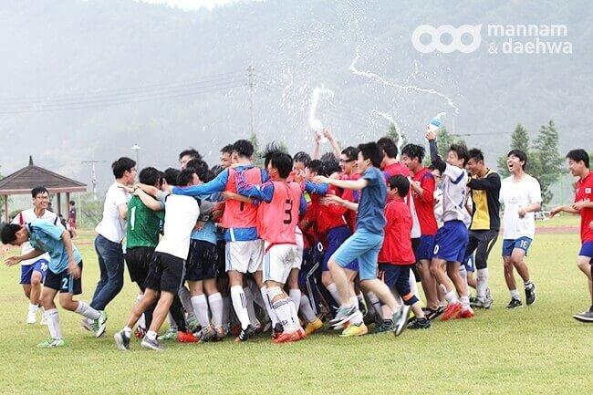 2016青少年足球交流赛_夺冠欢庆