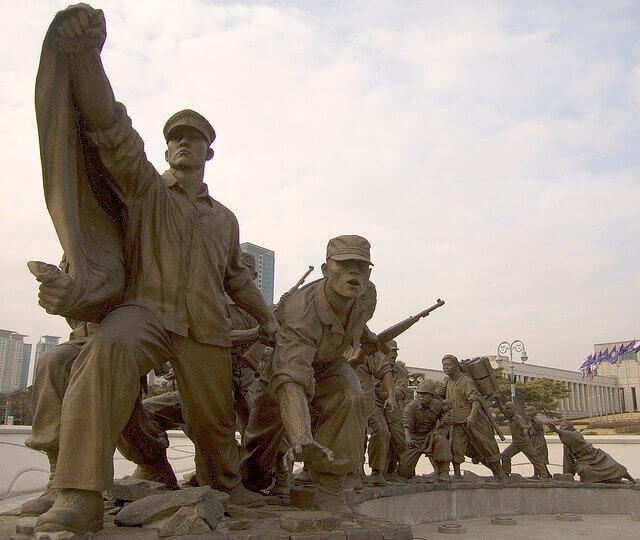 摄理新闻_战争与和平_韩战士兵雕像